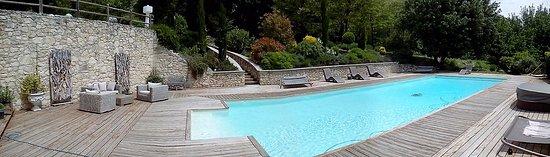 Cereste, France: Panorama piscine coin détente et jacuzzi