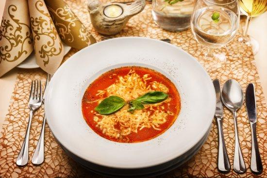 Cafe - Restaurant Maraton : Zapečená paradajková polievka s bazalkou/ Fresh baked tomato soup with basilic
