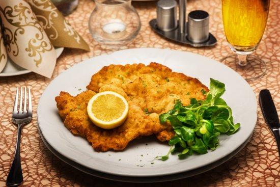 Cafe - Restaurant Maraton : Viedeňský teľací rezeň / Wiener schnitzel