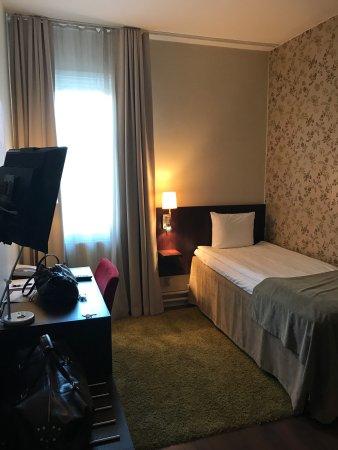 Taby, Sweden: Utsikt från rummet. Hotellbyggnaden Vanadis. Rummet.