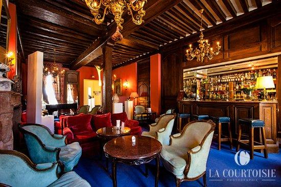 Gilly-les-Citeaux, فرنسا: le bar, pour l'apéritif avant le dîner
