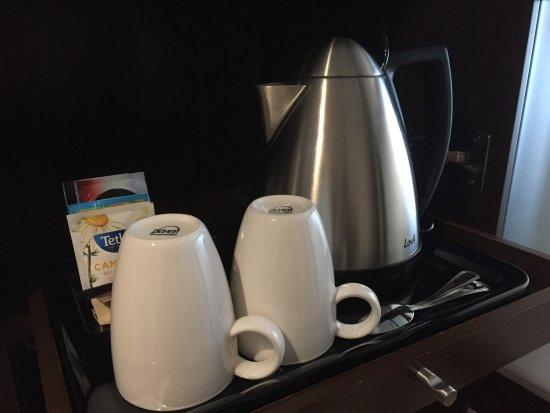 紅茶、コーヒーなども常備されていますが近くに電源がありませんでした。