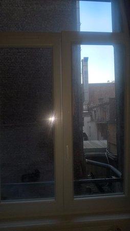 Vue sur cour très sombre (mais calme !) - Picture of Hotel Calm ...