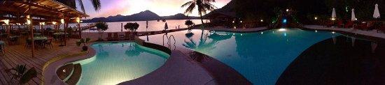 San Jose, Philippines: Vue de la piscine à débordement à côté du restaurant. Magnifiques couchers de soleil.