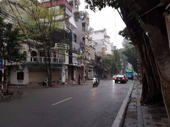Hanoi Moment Hotel: The street in front of the hotel