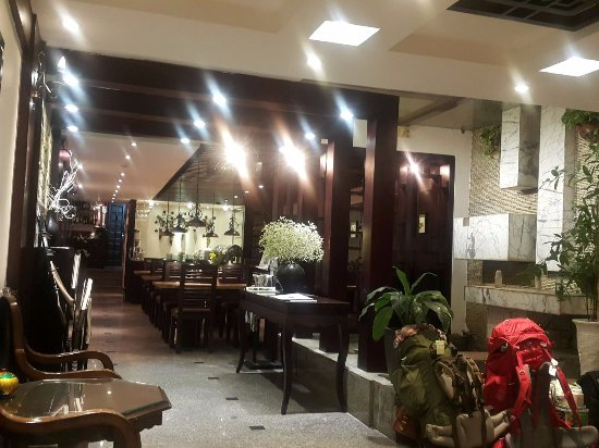 Hanoi Moment Hotel: Lobby, towards the dining area and lift to rooms
