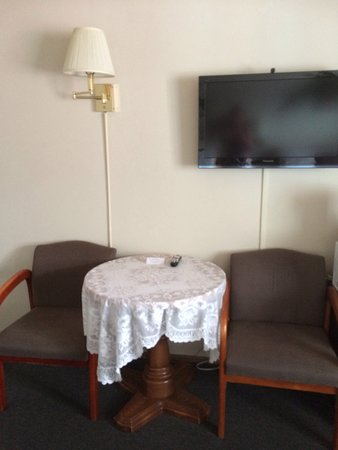 Sundown Inn: Bord og stoler på det første rommet