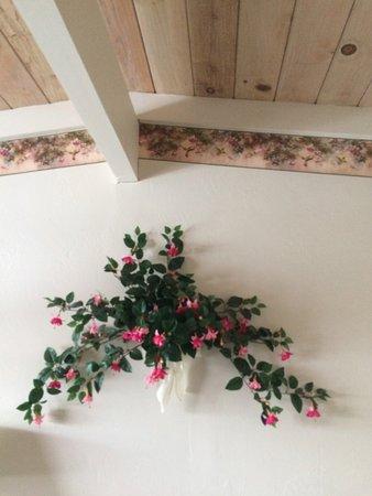 Sundown Inn: Veggdekorasjon på det første rommet