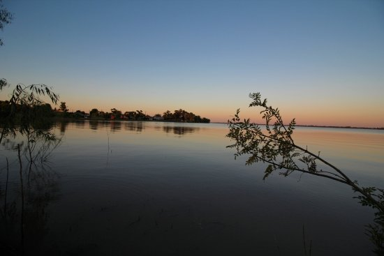Lachlan Way Motel: sunset from lake