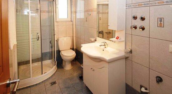 Poros, Grækenland: 2 bedroom apartment living room -  bathroom