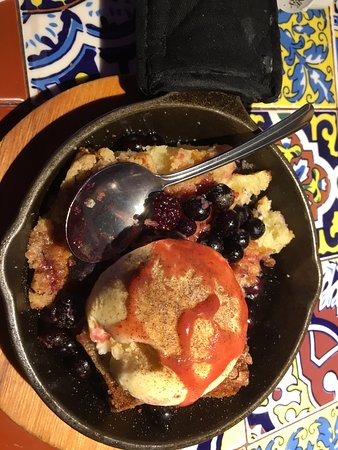 Liverpool, NY: Chili's - my mixed berry cobbler (yum!)