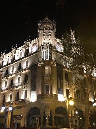 Fundacio La Caixa : Fachada nocturna