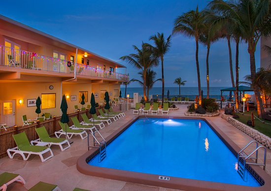 Windjammer Resort: Oceanfront Pool Relaxation Area!