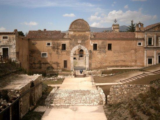 La facciata principale della Certosa di San Lorenzo di fronte alla quale c'è Do Giulino