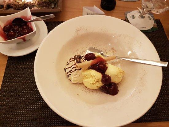 Jever, เยอรมนี: icecream with hot cherries