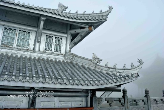 Emeishan, Chiny: Temple in Mt Emei