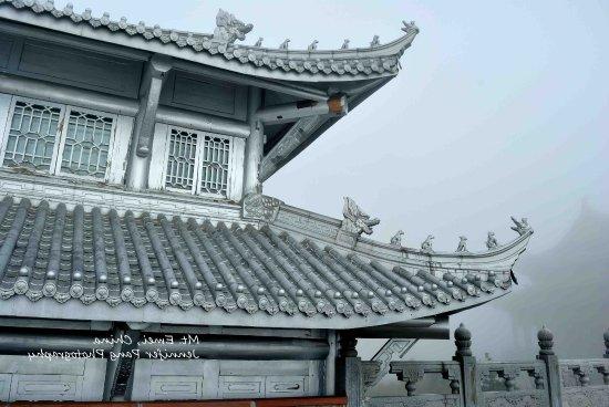 Emeishan, Kína: Temple in Mt Emei