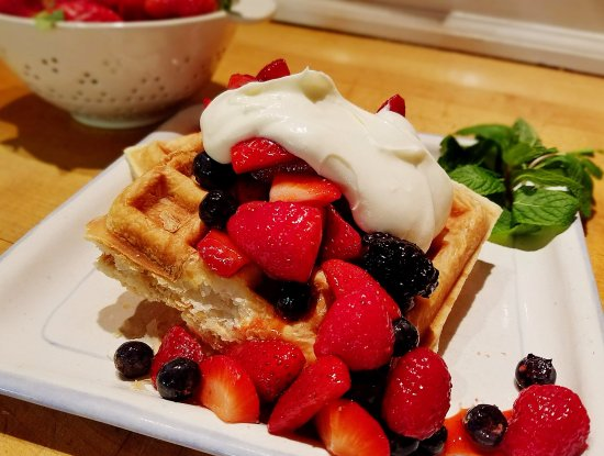 Saugatuck, MI: Wickwood Berries and Creme Croissant Waffles