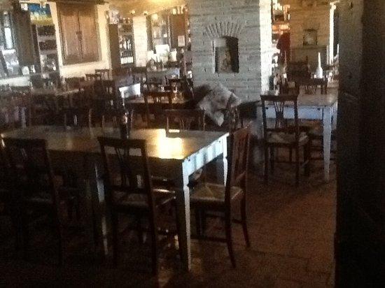 Agriturismo Le Mandrie di San Paolo: rustico il ristorante rsvaldato dal cambo