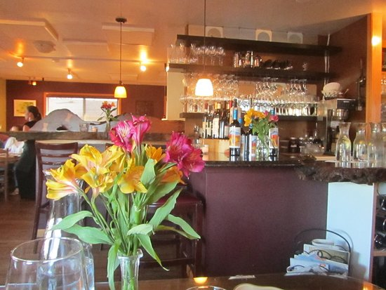 Alder Wood Bistro: Looking at the bar where there is also seating for meals