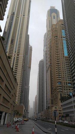 Media One Hotel Dubai: calle en las inmediaciones del hotel
