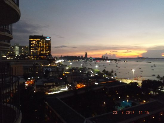 Imperial Pattaya Hotel: Night time View from Balcony Pattay Bay