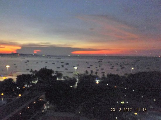 Imperial Pattaya Hotel: Sunset on Pattaya Bay view from Room Balcony