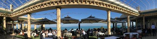 Restaurant Grand Bleu : Une terrasse splendide qui flotte sur la méditerranée, surplombant les côtes du Carthage.
