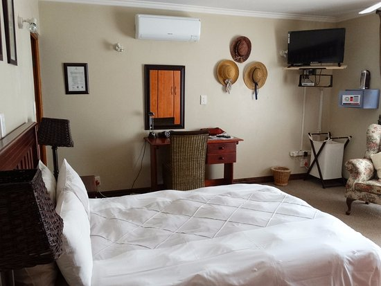 Centurion, South Africa: Deluxe bedroom R210 with Aircon, covered porchand flat screen TV.