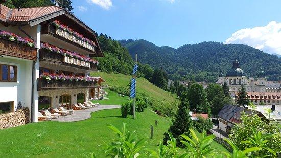 Hotel Blaue Gams: Blick von unserer Anhöhe auf das Kloster Ettal
