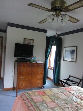 Muncie, IN: The River Room with its TV and entry to its private bath.