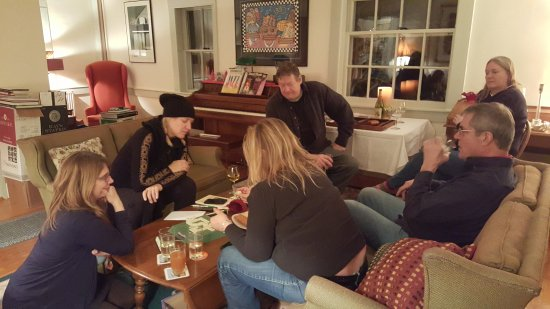 Chocorua, NH: Guests gathered in the Living Room