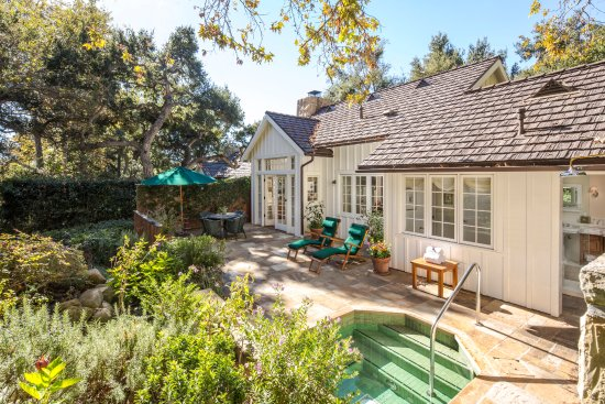 San Ysidro Ranch, a Ty Warner Property: Oak Grove Cottage patio with hot tub and outdoor rain shower