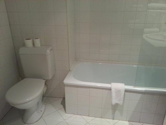 Salle de bain avec baignoire et WC - Picture of Hotel Forum ...