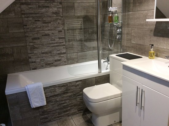Bradwell, UK: Ensuite bathroom with shower,storage and heated towel rail.