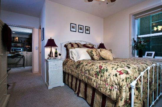 Fulton House Bed & Breakfast: Wine Cellar Suite Great Room