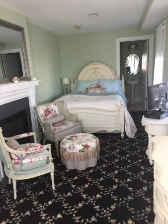 The Carriage House Bed & Breakfast: Room 1, queen bed, ocean view, balcony, fireplace,tv,wifi and buffet gourmet breakfast