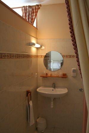 Jarnac Champagne, فرنسا: salle de bain chambre familiale 