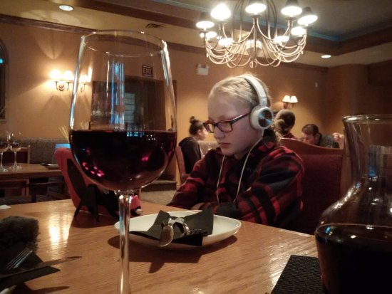 Cassios Italian Restaurant: Great company, ambiance and wine...