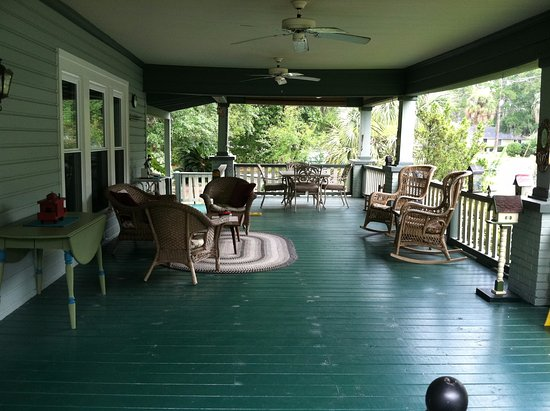 Inn at Folkston : Front Porch with dining area