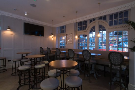 the kings head pub- seating area, high tables, flat screen tv