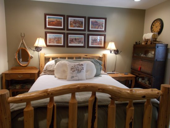 Elk Ridge Bed & Breakfast: Deer chipmunks and our cat will visit you every day.