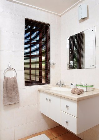 Lydenburg, Sudáfrica: Cobbles Shower room and basin cabinet