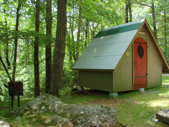 Ash Grove Mountain Cabins & Camping: The Gnome Home, a camping option