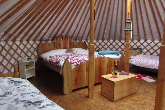 Leitrim, İrlanda: The Sunrise Sanctuary Yurt all ready for a family weekend stay.