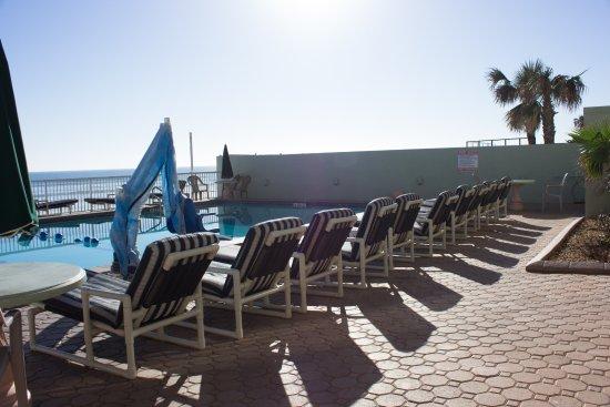 Atlantic Ocean Palm Inn: heated pool facing towards the ocean