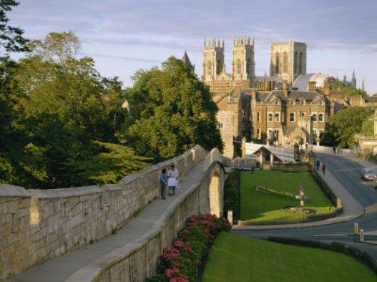Helmsley, UK: Wall walk in Medieval York, York Minster in the background
