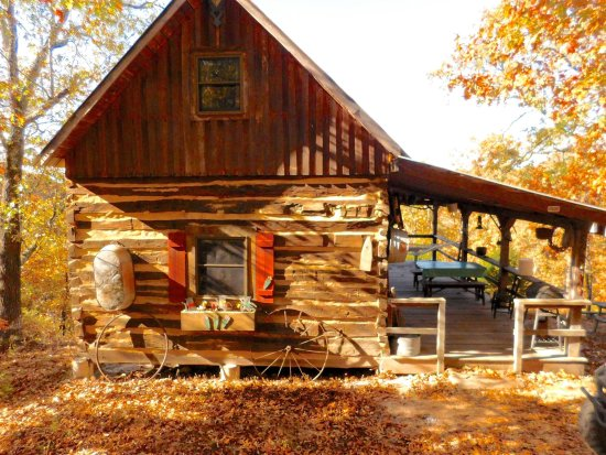 Dixon, MO: Aunt Phoebe's Log Cabin overlooking the valley