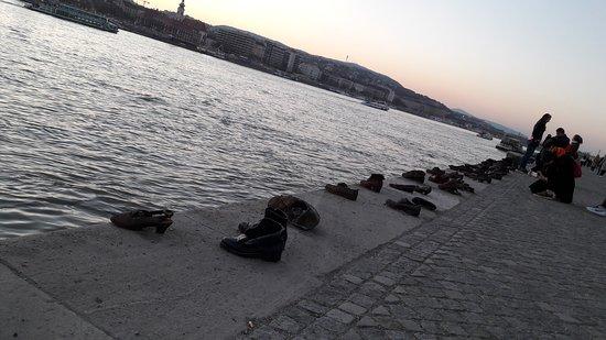Promenade des Chaussures sur le Danube : 20170327_191442_large.jpg