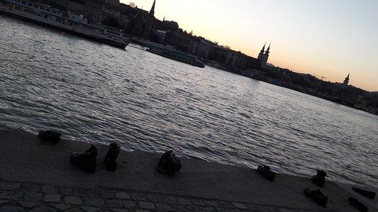 Promenade des Chaussures sur le Danube : 20170327_191414_large.jpg